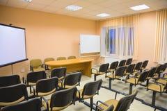 inre moderna rosa signaler för konferenskorridor Arkivbild