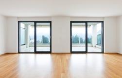 Inre moderna tömmer framlänges, lägenheten Arkivfoton