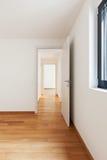 Inre moderna tömmer framlänges, lägenheten Royaltyfri Foto
