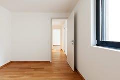 Inre moderna tömmer framlänges, lägenheten Arkivbilder