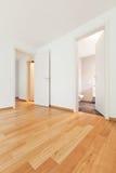 Inre moderna tömmer framlänges, lägenheten Fotografering för Bildbyråer