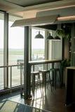Inre moderna tomma platser av avvikelsen är slö på flygplatsen, väntande område med stol Royaltyfri Fotografi