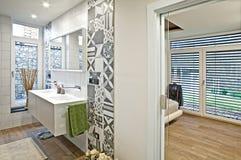 inre modernt för badrum fotografering för bildbyråer