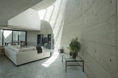 inre modernt för betonhus royaltyfria bilder