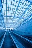 inre modernt för flygplatsrulltrappa Royaltyfri Foto