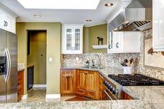 inre modernt för hus Kökrum med skinande granitblast och royaltyfri foto