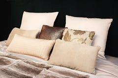 inre modernt för sovrumdesign Stor säng, rum med svart färgsignal, säng, textiler och kuddar i brunt och beigafärger royaltyfri foto