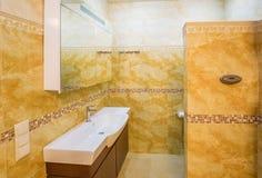 Inre modernt hus, badrum med marmortegelplattor Arkivfoto