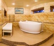 Inre modernt hus, badrum med marmortegelplattor och bubbelpool Fotografering för Bildbyråer