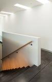 Inre modernt hus, trappuppgång Arkivfoton