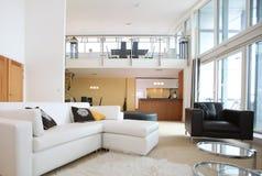 inre modernt öppet plan för lägenhet Fotografering för Bildbyråer