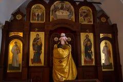 Inre och altare av den ortodoxa kyrkan för ryss royaltyfri foto