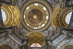 Inre och arkitektoniska detaljer av det kyrkliga helgonet Agnes & x28; Jultomten Arkivfoton