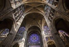 Inre och detaljer av basilikan av St Denis, Frankrike Arkivbilder