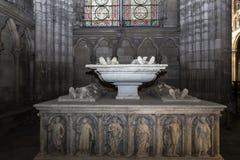Inre och detaljer av basilikan av St Denis, Frankrike Arkivfoto