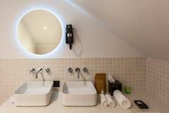 Inre och objekt i badrummet royaltyfria foton