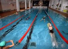 Inre offentlig inomhus simbassäng, hälsa som förbättrar simning Arkivfoton