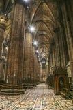 Inre på den Milan domkyrkan arkivbilder