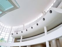 Inre planlagd för härlig vit byggnad för kurva inre och arkitekturdetalj på takgolvet royaltyfri foto