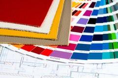 Inre projekt med palett, läderprövkopior och räknemaskin 1 Arkivbilder