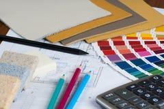 Inre projekt med paletten, materialprövkopior, blyertspennor och cal Arkivbilder