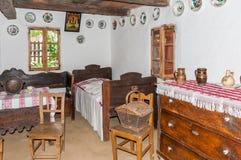 Inre rum för tappning i gammalt traditionellt hus i Ukraina arkivbilder