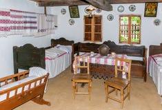 Inre rum för tappning i gammalt traditionellt hus i Ukraina royaltyfri foto