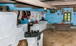 Inre rum för tappning i gammalt traditionellt hus i Ukraina royaltyfri bild