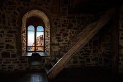 Inre inre rum i gammal slott Arkivbild