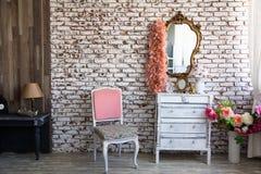 Inre rum med en tegelstenvägg royaltyfria bilder