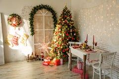 Inre rum med julgran arkivbilder