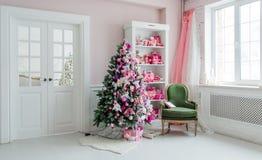 Inre rum som dekoreras i julstil Inga personer En tom grön stol Rosa färg färgar Hem- komfort av det moderna huset royaltyfria bilder