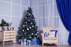Inre rum som dekoreras i julstil Inga personer Hem- komfort av det moderna huset Arkivbild