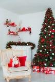 Inre rum som dekoreras i julstil Inga personer Hem- komfort av det moderna huset Xmas-träd och spis royaltyfri fotografi