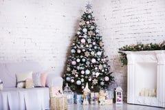 Inre rum som dekoreras i julstil Inga personer Hem- komfort av det moderna huset Xmas-träd och spis royaltyfri bild