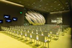 Inre salong av den breda moderna Art Museum Royaltyfria Foton