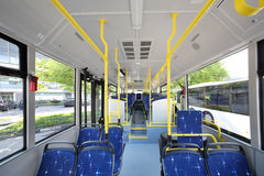 Inre salong för blåttplatser av den tomma stadsbussen Arkivbild