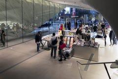 Inre shoppar av den breda moderna Art Museum Arkivbilder
