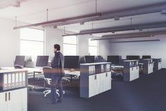 Inre sida för vitt kontor, affärsman Royaltyfri Foto
