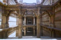 Inre sikt av Adalaj Ni Vav Stepwell eller Rudabai Stepwell Byggt i 1498 snidas och är intricately fem berättelser djupt Ahmeda arkivfoto