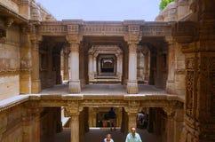 Inre sikt av Adalaj Ni Vav Stepwell eller Rudabai Stepwell Byggt i 1498 snidas och är intricately fem berättelser djupt Ahmeda arkivbild