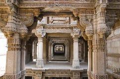 Inre sikt av Adalaj Ni Vav Stepwell eller Rudabai Stepwell I 1498 av Rana Veer Singh byggs fem berättelser djupt Ahmedabad Guja royaltyfria bilder