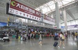 Inre sikt av avvikelseterminalen på Guangzhou Baiyun den internationella flygplatsen Arkivfoton