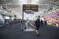 Inre sikt av avvikelseterminalen på Guangzhou Baiyun den internationella flygplatsen Arkivbild