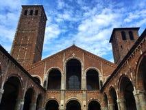 Inre sikt av basilikan av helgonet Ambrogio, Milan, Italien Arkivfoton