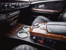 Inre sikt av bilen med lädersalongen Arkivfoton