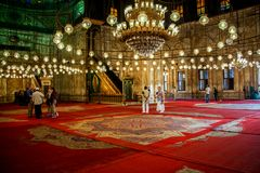 Inre sikt av den alabaster- moskén i Kairo arkivfoto