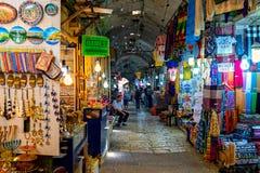 Inre sikt av den berömda basaren i gammal stad av Jerusalem Arkivbild