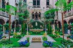 Inre sikt av den inre borggården och trädgården av Isabella Stewart Gardner Museum i Boston royaltyfri foto