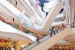 Inre sikt av den centrala plazaen storslagna Rama 9 Arkivbilder